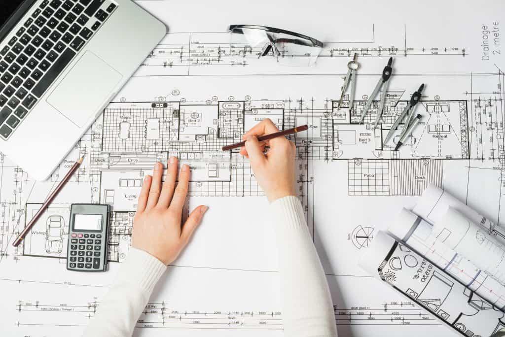 מהנדס משרטט קומה של בניין