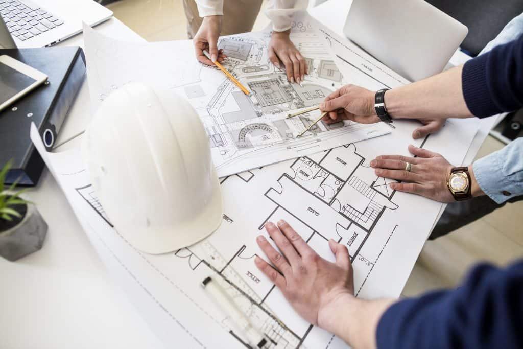 רקע של מהנדסי בניין במהלך עבודה