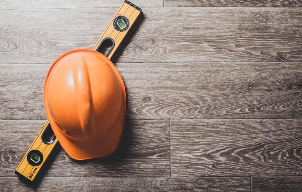 רקע של כובע עובד בניין