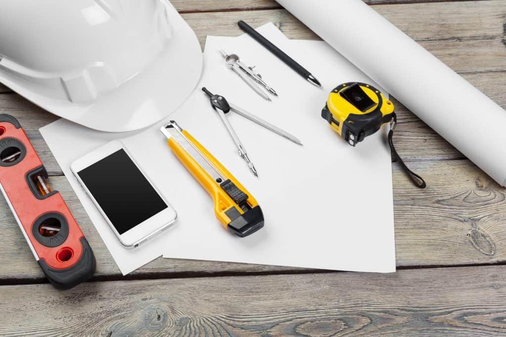 כלים של עובד בניין לחוות דעת בדק בית